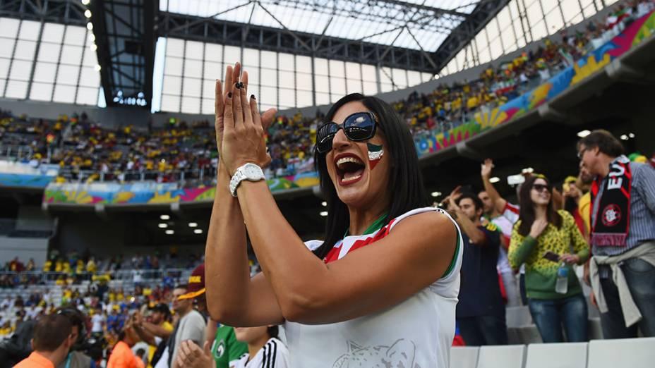 Torcedora do Irã aguarda o início do jogo contra a Nigéria naArena da Baixada, em Curitiba