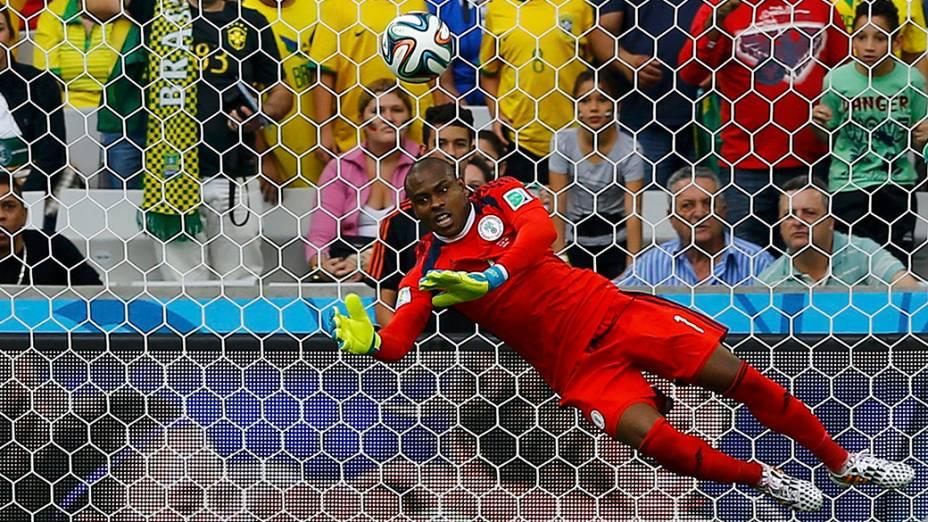 Goleiro Enyeama, da Nigéria, faz boa defesa na cabeçada do jogador do Irã na Arena da Baixada, em Curitiba