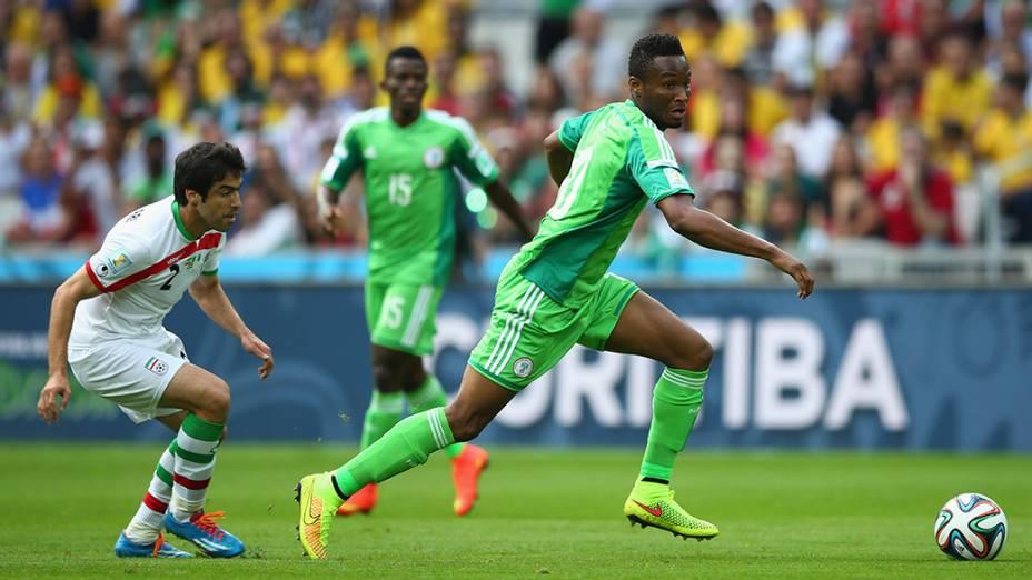 O nigeriano John Obi Mikel conduz a bola no jogo contra o Irã na Arena da Baixada, em Curitiba