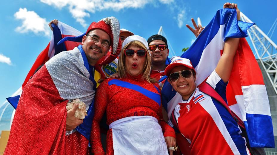 Torcedores da Costa Rica posam para foto em frente ao Castelão, em Fortaleza