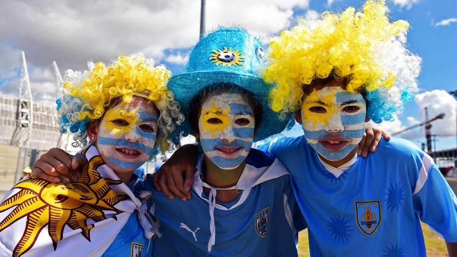 Crianças uruguaias posam para foto em frente ao Castelão, em Fortaleza