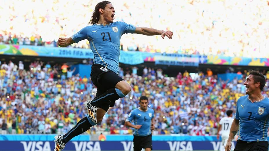 O uruguaio Cavani comemora gol contra a Costa Rica, no Castelão em Fortaleza