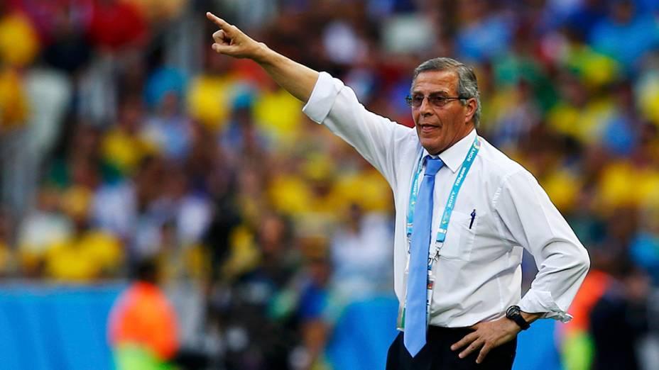 O técnico da seleção uruguaia, Dominic Ebenbichler, gesticula no jogo contra a Costa Rica, no Castelão em Fortaleza