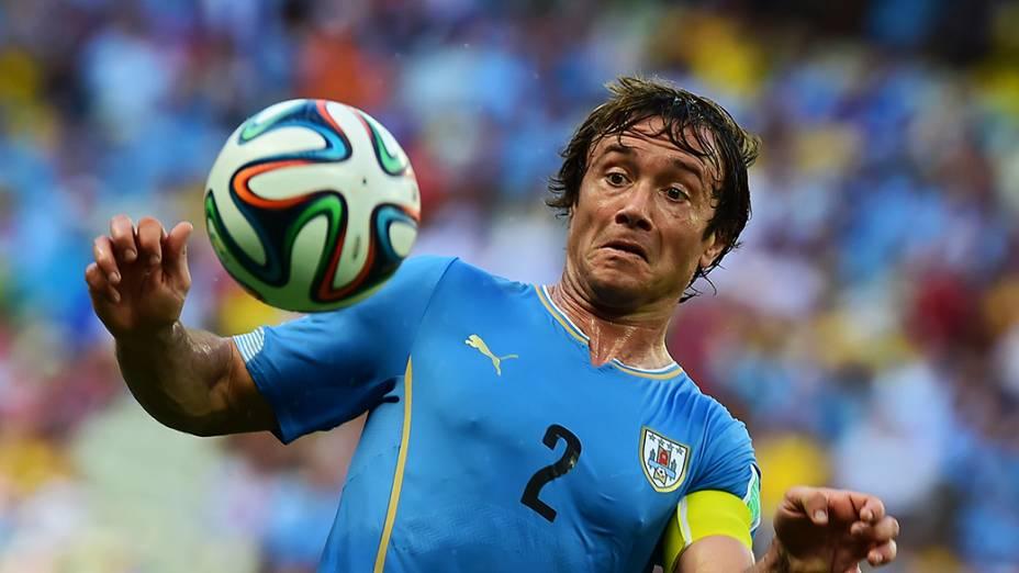 Diego Lugano, do Uruguai, durante o jogo contra a Costa Rica no Castelão, em Fortaleza