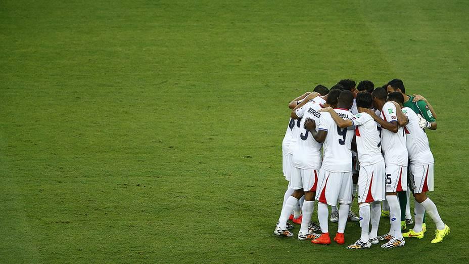 Jogadores da Costa Rica se reunem antes do jogo contra o Uruguaii no Castelão, em Fortaleza
