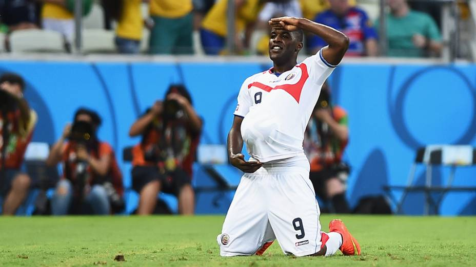 O jogador Joel Campbell, da Costa Rica, comemora gol contra o Uruguai no Castelão, em Fortaleza