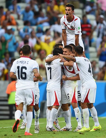 Jogadores da Costa Rica comemoram o segundo gol da equipe contra o Uruguai, no Castelão em Fortaleza