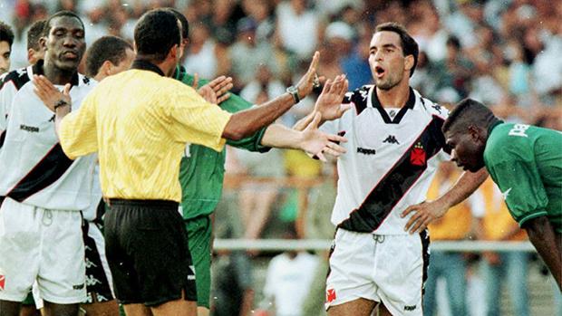 Em 1997, na partida Palmeiras x Vasco, o atacante Edmundo discutiu com o árbitro Sidrack Marinho dos Santos