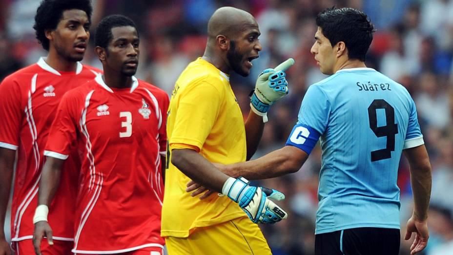 Luis Suarez discutindo com jogadores dos Emirados Árabes Unidos nos Jogos Olímpicos de Londres-2012