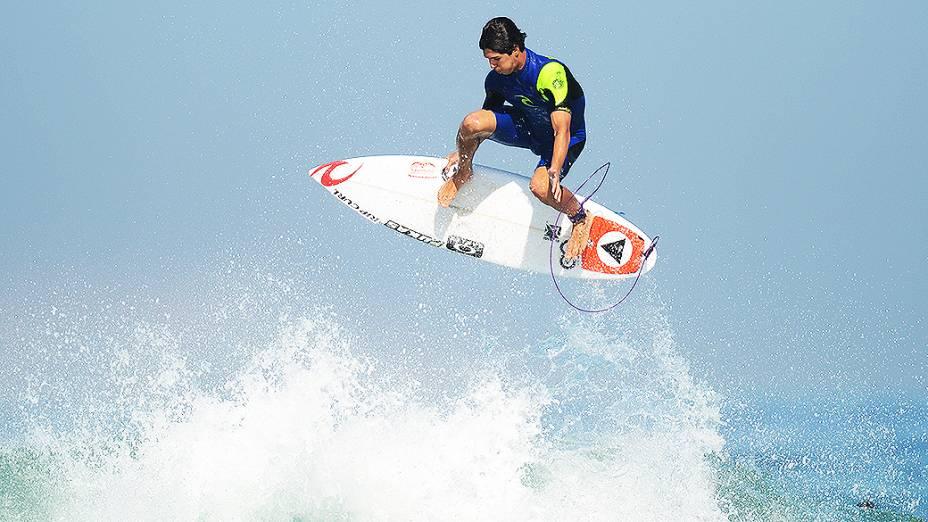 O surfista Gabriel Medina em ação na praia do Pepê, na Barra da Tijuca, Rio de Janeiro