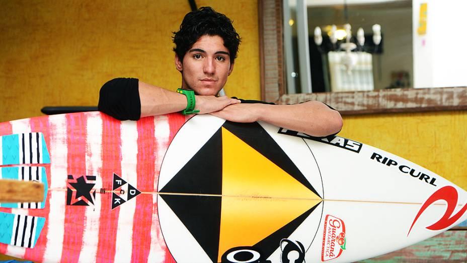 O surfista Gabriel Medina em sua casa, em Maresias, no litoral paulista