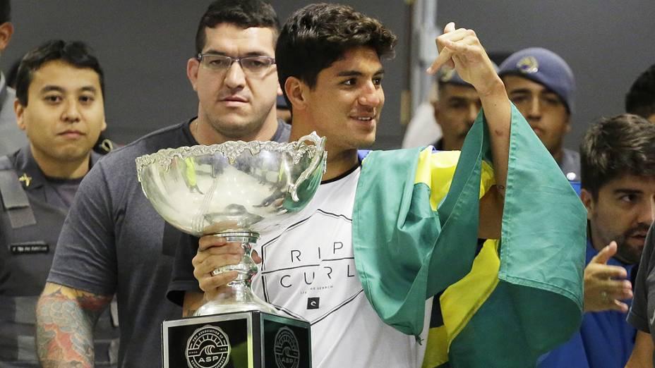 O campeão mundial de surf de 2014, Gabriel Medina, desembarca no aeroporto internacional de Cumbica em Guarulhos (SP), na tarde desta terça-feira (23)