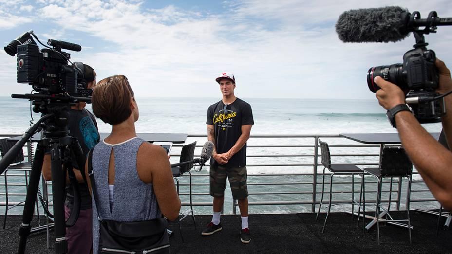 O surfista Gabriel Medina dá uma entrevista em Trestles, na Califórnia