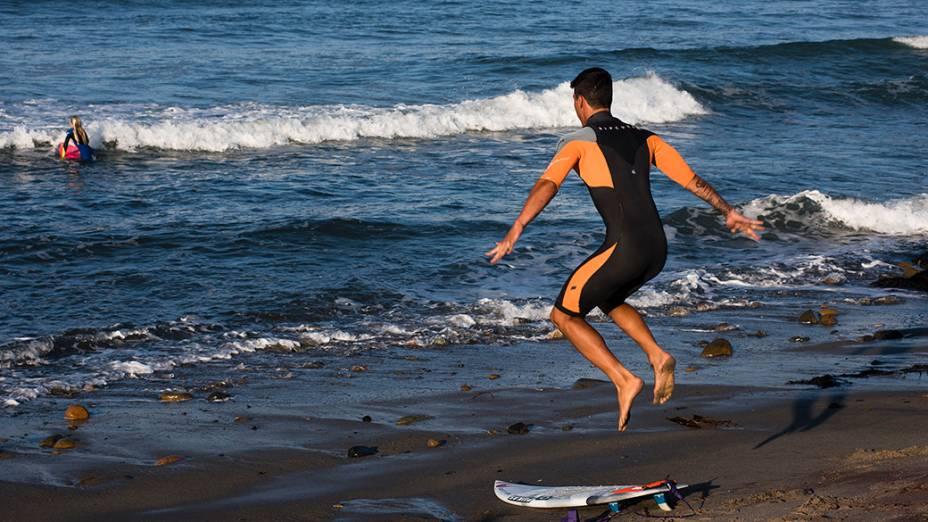 O surfista Gabriel Medina se aquece antes de entrar no mar, na Califórnia