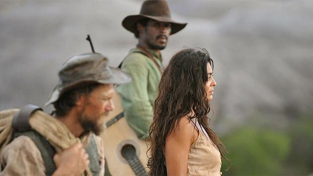 Gabriela (Juliana Paes), Clemente (Daniel Ribeiro ) e Negro Fagundes (Jhe Oliveira) andam pelo sertão nordestino rumo a Ilhéus (BA), em Gabriela