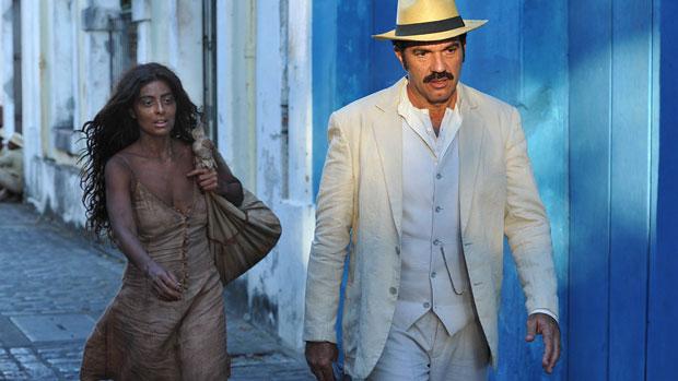 Gabriela (Juliana Paes) chega a Ilhéus e vai trabalhar na casa de Nacib (Humberto Martins)