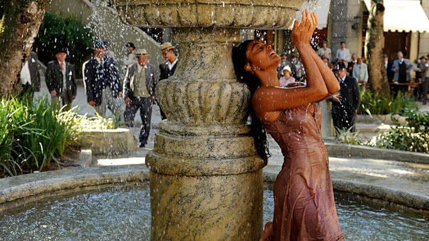 Fugitiva da seca no sertão nordestino, Gabriela (Juliana Paes) se deslumbra com a fonte d´água no centro de Ilhéus