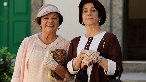 Quinquina (Angela Rebello) e Florzinha (Bete Mendes) assistem ao banho de Gabriela (Juliana Paes) na fonte de Ilhéus