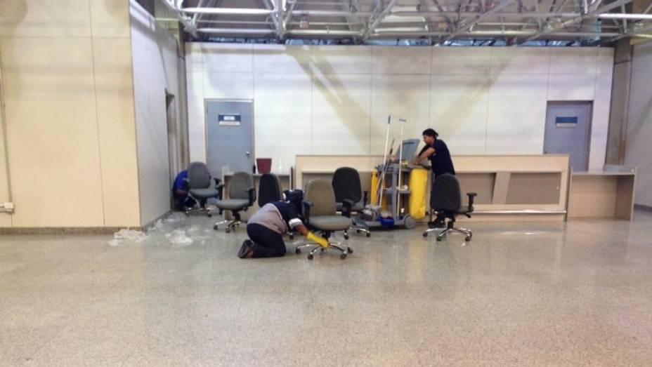 Galeão: funcionárias montam cadeiras no terminal 2