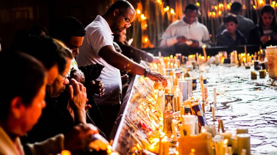 Fieis acendem velas e fazem orações no interior do Santuário Nacional de Nossa Senhora Aparecida, que receberá visita do papa Francisco durante a Jornada Mundial da Juventude em julho