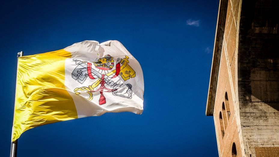 Bandeira do Vaticano do lado de fora do Santuário Nacional de Nossa Senhora Aparecida, que receberá visita do papa Francisco durante a Jornada Mundial da Juventude em julho