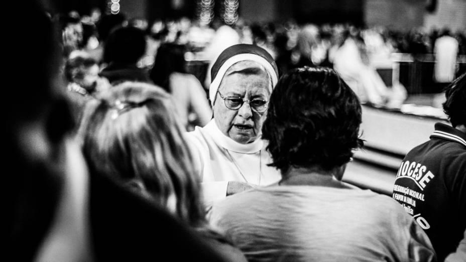 Fieis participam da missa no Santuário Nacional de Nossa Senhora Aparecida