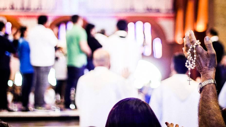 Fieis apresentam objetos para serem abençoados após a missa no Santuário Nacional de Nossa Senhora Aparecida, que receberá a visita do papa Francisco durante a Jornada Mundial da Juventude em julho