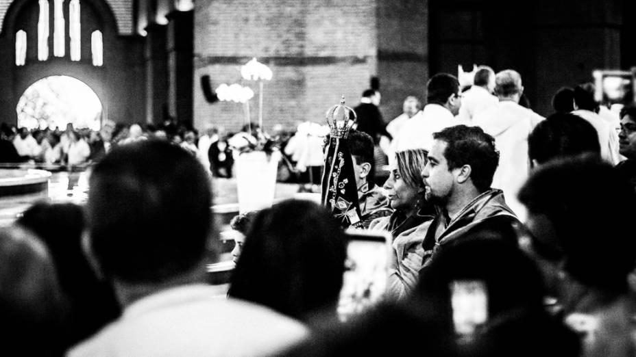 Fieis oram junto a imagem de Nossa Senhora Aparecida após a missa no Santuário Nacional dedicado à padroeira do Brasil, receberá a visita do papa Francisco durante a Jornada Mundial da Juventude em julho