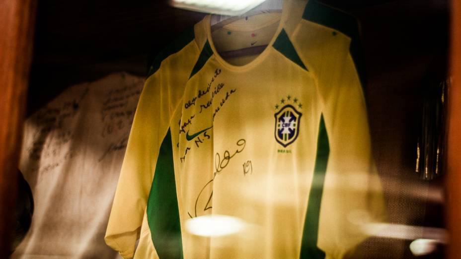 Camisa utilizada por Ronaldo durante a Copa do Mundo de 2002, doada pelo jogador na Sala dos Milagres no interior do Santuário Nacional de Nossa Senhora Aparecida