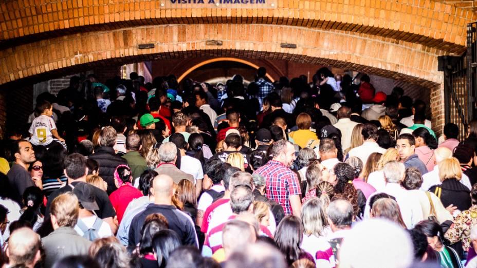Fieis fazem fila para orar junto a imagem de Nossa Senhora Aparecida no Santuário Nacional dedicado à padroeira do Brasil, que receberá visita do papa Francisco durante a Jornada Mundial da Juventude em julho