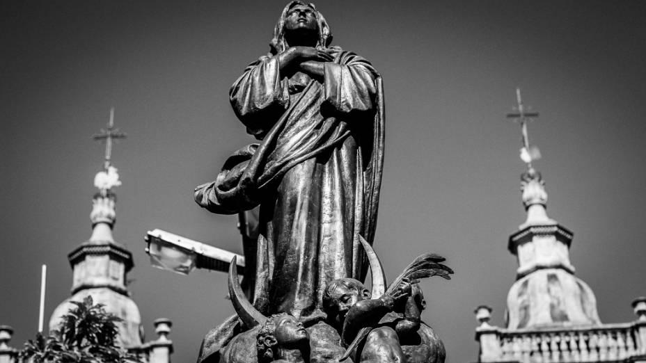 <br><br>  Imagem de Nossa Senhora da Conceição em frente à Basílica antiga dedicada à padroeira do Brasil na cidade de Aparecida do Norte que receberá a visita do papa Francisco durante a Jornada Mundial da Juventude em julho