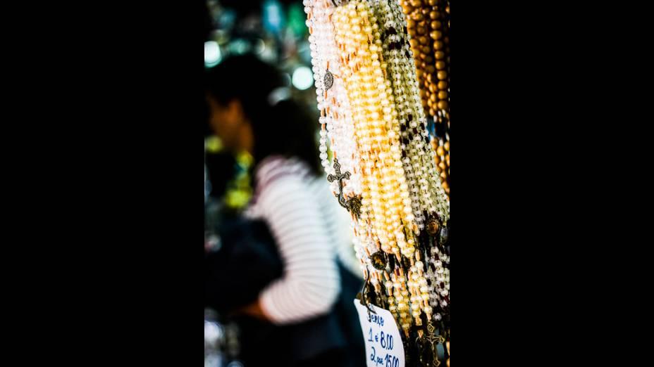 O comércio de artigos religiosos é realizado em pequenas lojas e ambulantes em torno do Santuário