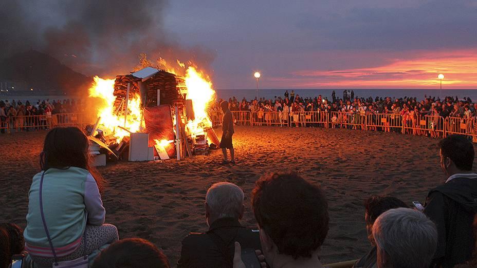 Dia de São João celebrado com fogueira na praia Zurriola em San Sebastián
