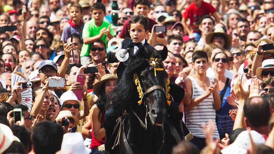 Jovem cavaleiro participa das celebrações de São João, no centro de Ciutadella, na ilha das Baleares de Menorca