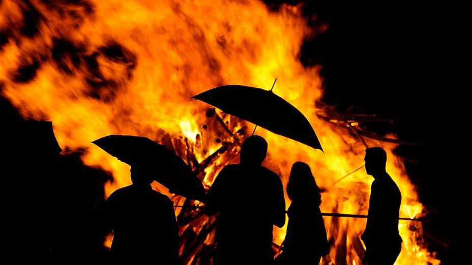 Uma fogueira gigante foi acesa para celebrar o dia de São João em Playa de Poniente, Gijón, na Espanha
