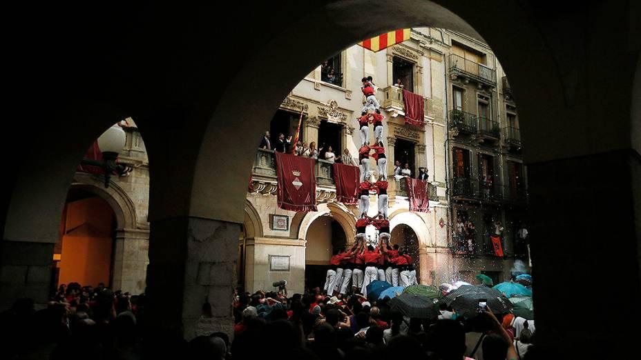 Grupo forma uma torre humana chamada castells, tradicional na Catalunha, durante as festividades de São João em Valls, sul de Barcelona