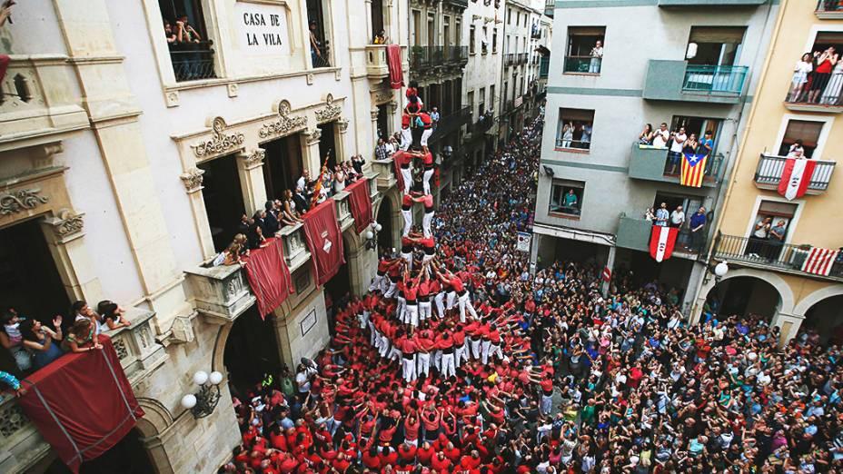 Multidão ocupou as ruas de Plaza del Blat em Valls, sul de Barcelona, para assistir ao grupo catalão Castellers Colla Vella que formou uma torre humana, durante as festividades de São João