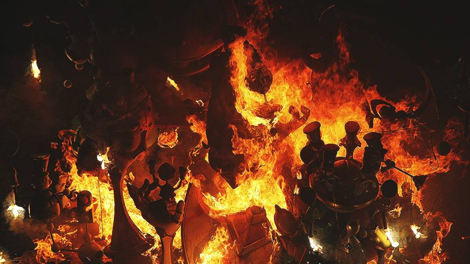 Crema a fogueira oficial da Praça do Município, em Alicante, que inicia a Nit del Foc durante as festividades de São João