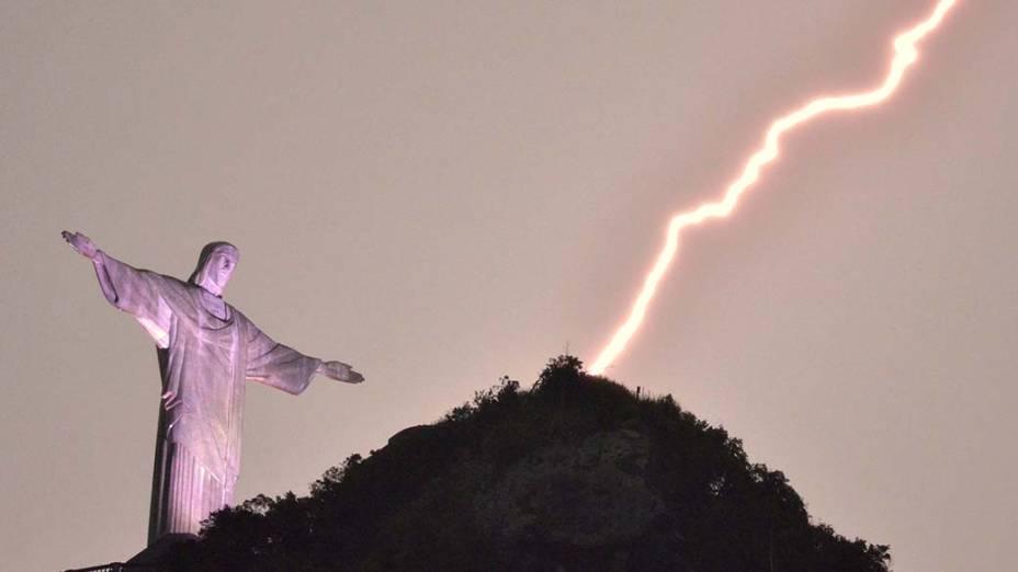 Raios são vistos próximos à estátua doCristo Redentor, no Rio de Janeiro