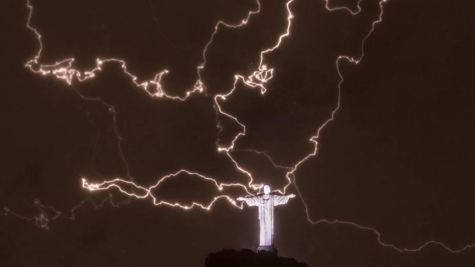Raios são vistos próximos à estátua do Cristo Redentor, no Rio de Janeiro