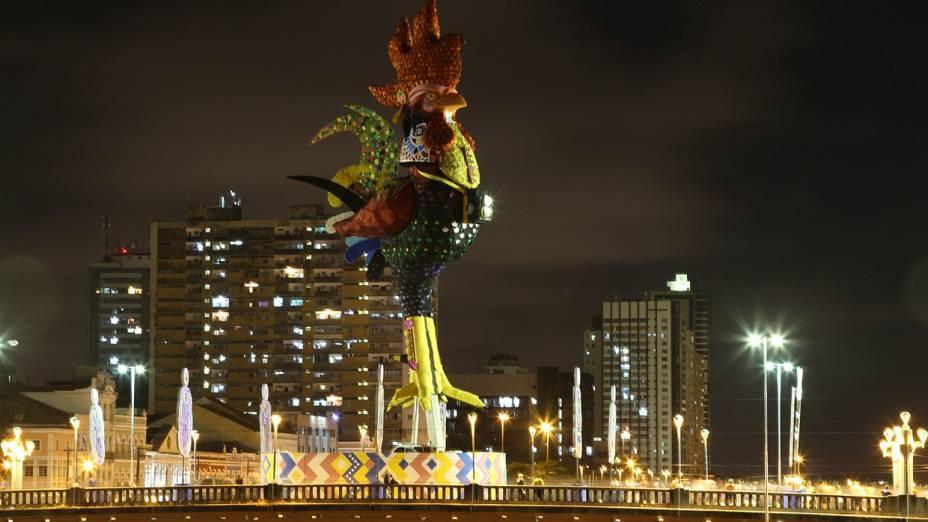 Galo da Madrugada invertido anima foliões no Recife ao desfilar no sentido oposto do circuito tradicional