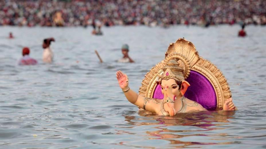Estátua do deus hindu Ganesh é submersa no mar segundo a tradição da festa religiosa Ganesh Chaturthi, que celebra o nascimento da santidade na Índia