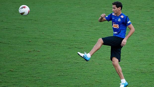 Ganso tenta dominar a bola em treino do Santos