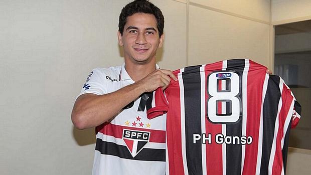 Paulo Henrique Ganso posa com camisa do São Paulo