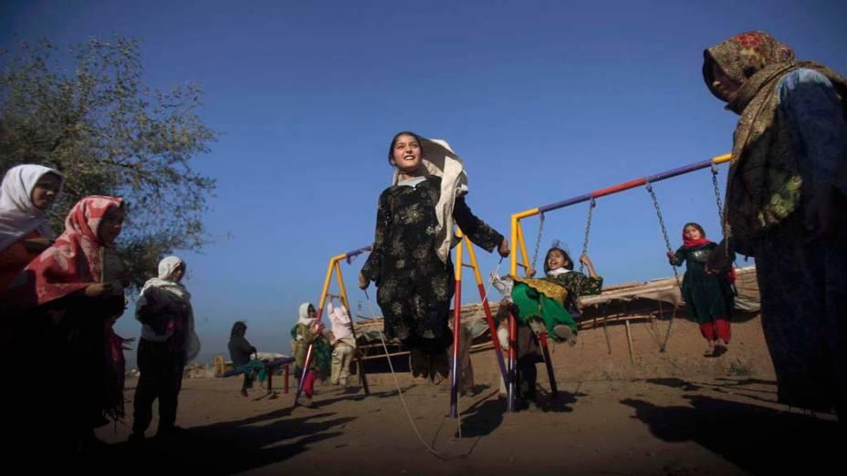 Refugiada afegã brinca com outras garotas na cidade de Islamabad no Paquistão