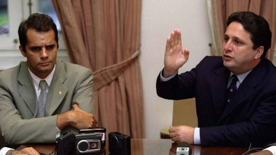 Anthony Garotinho, na época em que era governador do Rio de Janeiro, apresentando o novo chefe de Polícia Civil, delegado Álvaro Lins, em 24/11/2000