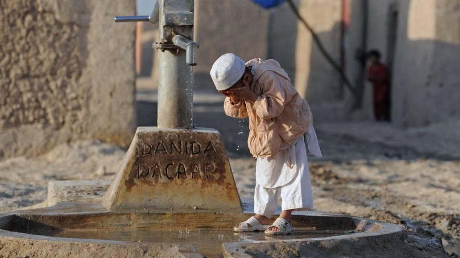 Estudante lava o rosto na província de Balkh, no Afeganistão