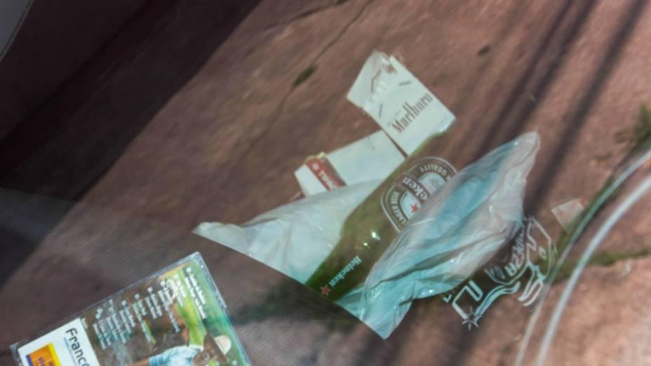 Garrafa de cerveja e maços de cigarros encontrados no carro do cantor Renner, detido por dirigir embriagado na zona sul de São Paulo
