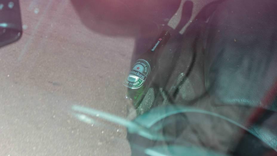 Garrafa de cerveja encontrada nesta sexta-feira, 26, no carro do cantor Renner, na Rua Pedro Bueno, Jardim Aeroporto, zona sul de São Paulo