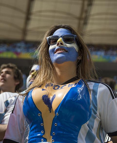 Bela torcedora argentina nas arquibancadas do Mané Garrincha, na partida contra a Bélgica